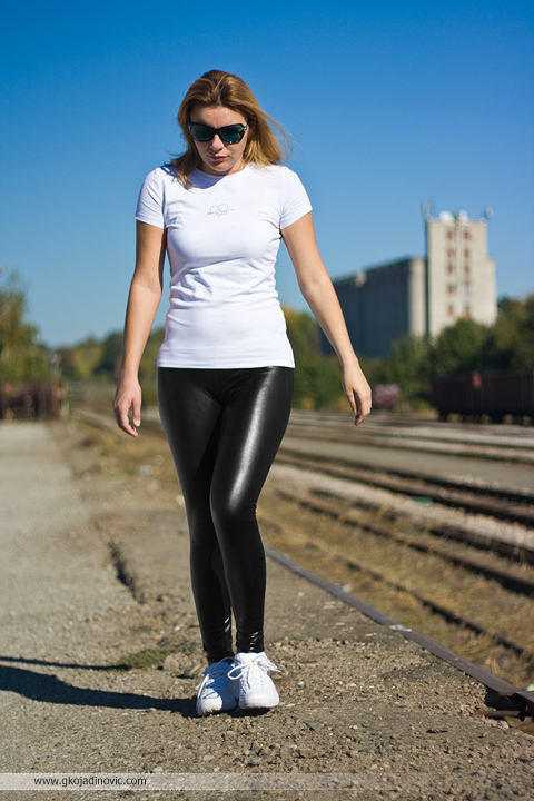 proleće u oktobru, liquid leggings, wetlook leggings, sjajne helanke, model, kožne helanke, patike, sneakers