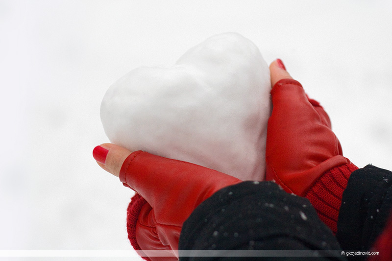 srce od snega, heart of snow, winter, zima, ljubav, love, ledeno srce, cold heart, red gloves, crvene rukavice