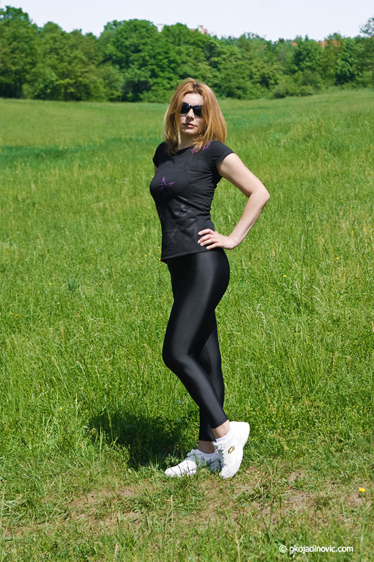 proleće, spring, park, model, helanke, spandex leggings, patike, sneakers, sjajne helanke, shiny leggings, spandeks, Likra Shop Niš